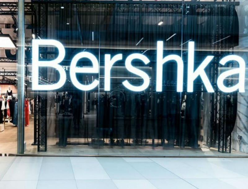 Bershka: To πουλόβερ που θα δεν θα αποχωρίζεσαι την Άνοιξη - Μωβ και με φουσκωτά μανίκια