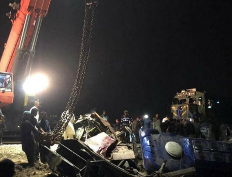 Τραγωδία στο Πακιστάν: 30 νεκροί από σύγκρουση τρένου με λεωφορείο