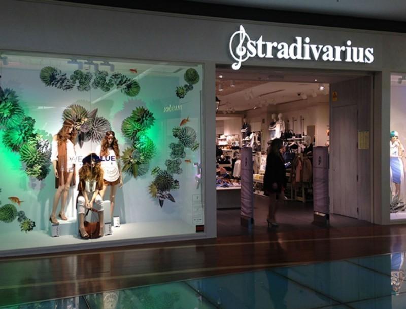 Κάνε δικό σου το φλοράλ look με τα Stradivarius και το μπλουζάκι τους