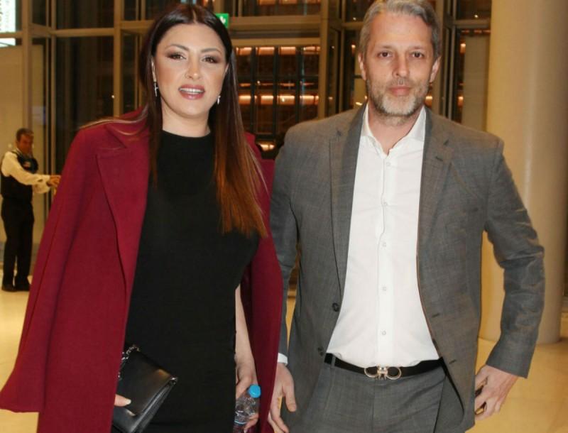 Πιο αδύνατη από ποτέ η Έλενα Παπαρίζου με μαύρο φόρεμα - Ο σύζυγος δίπλα της με κοστούμι