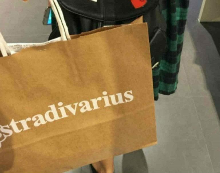 Αυτά τα πέδιλα από τα Stradivarius έχουν το χρώμα που δεν θα βγάζεις από πάνω σου