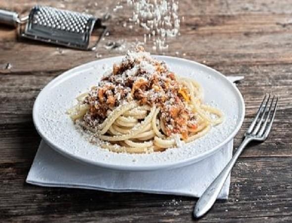 Μακαρόνια με κιμά από την Αργυρώ Μπαρμπαρίγου - Κανέλα και κονιάκ πάνε το πιάτο σε άλλο επίπεδο