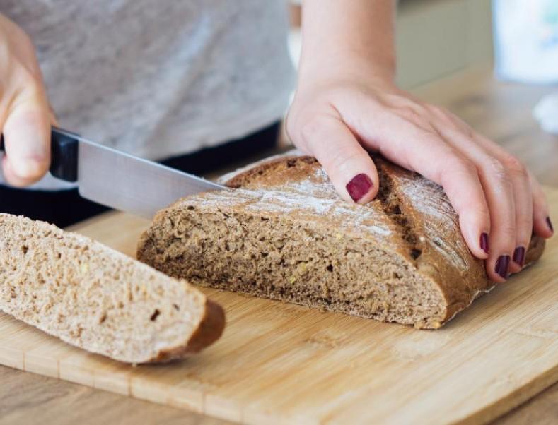 Απίστευτο! Αυτός είναι ο σωστός τρόπος για να κόβουμε το ψωμί - Το κάναμε λάθος