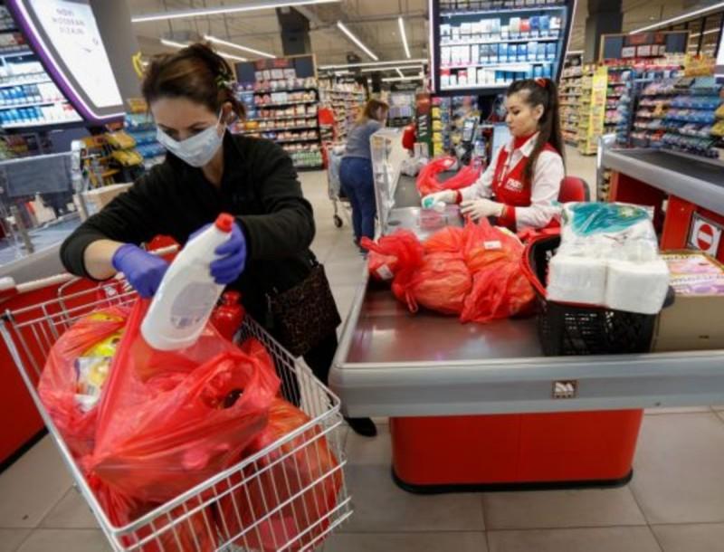Χάος στα σούπερ μάρκετ - Σε ουρές απ' έξω ο κόσμος