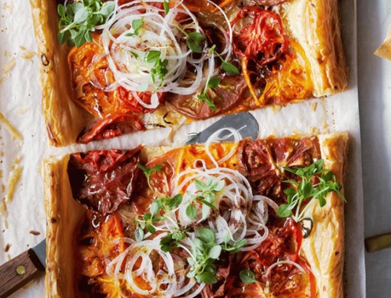 Πείνας και θες κάτι διαφορετικό; Φτιάξε πεντανόστιμη τάρτα με τομάτα και κρεμμύδι