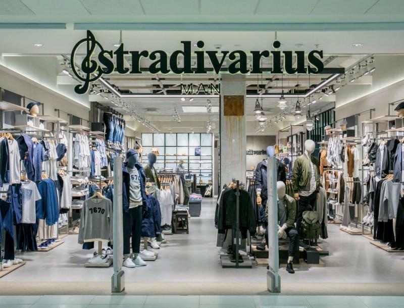 Θα φαίνεσαι πιο καυτή από ποτέ με αυτό το μίνι μαύρο φόρεμα των Stradivarius