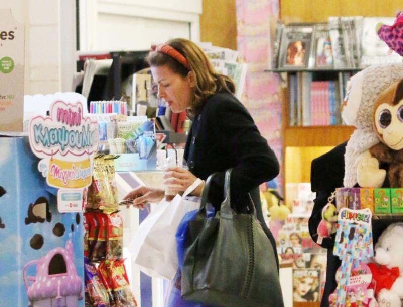 Για ψώνια η Τζίνα Αλιμόνου χωρίς ίχνος μακιγιάζ - Αποκλειστικές φωτογραφίες