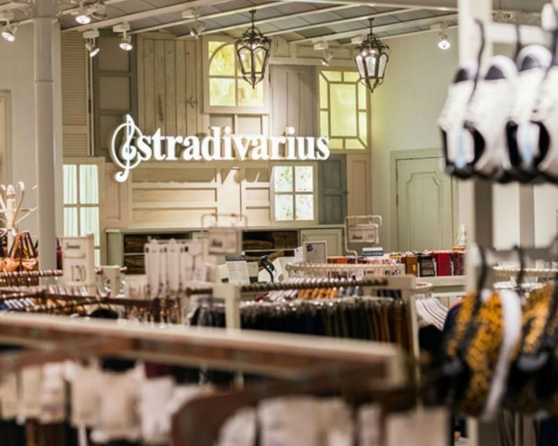 Κόκκινο σε πωλήσεις έχουν χτυπήσει αυτά τα 4 μπλουζάκια με στάμπα των Stradivarius