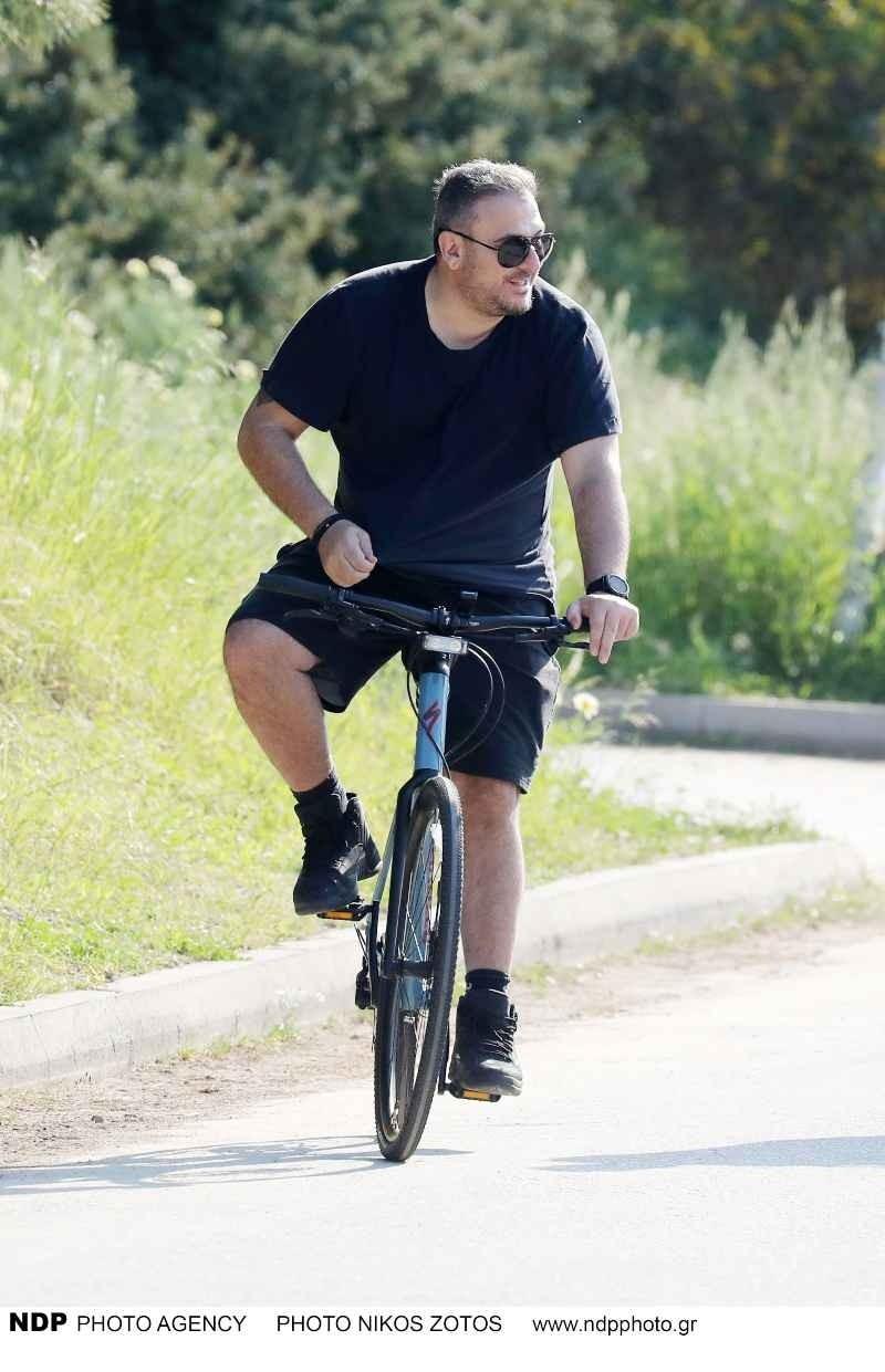 Αντώνης Ρέμος με ποδήλατο