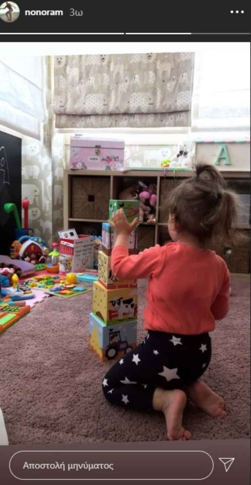 κόρη Ελεονώρας Μελέτη στο δωμάτιο