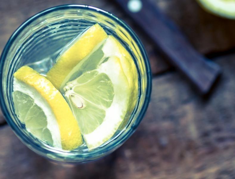 Προσοχή! Αν πίνετε λεμόνι μην βουρτσίζετε αμέσως μετά τα δόντια σας