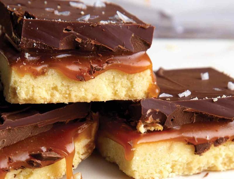 Φανταστικό γλυκό ψυγείου με καραμέλα και σοκολάτα