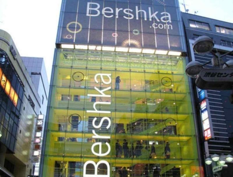 Ορθογώνια γυαλιά ηλίου στα Bershka μόνο για...τολμηρές - Είναι στο πιο φωτεινό χρώμα