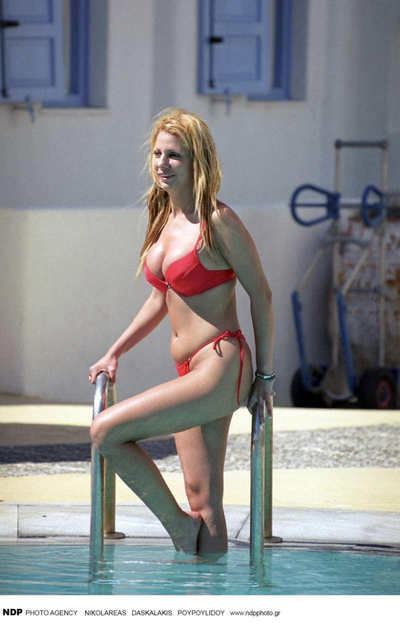 Στέλλα Μπεζαντάκου στην πισίνα με κόκκινο μπικίνι