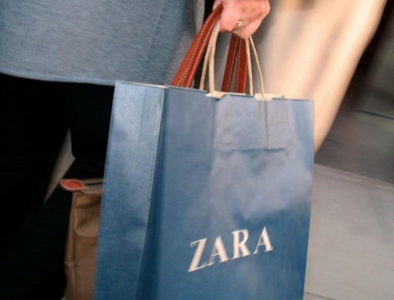Ξεπουλάνε στα Zara αυτές οι 2 καυτές μίνι φούστες