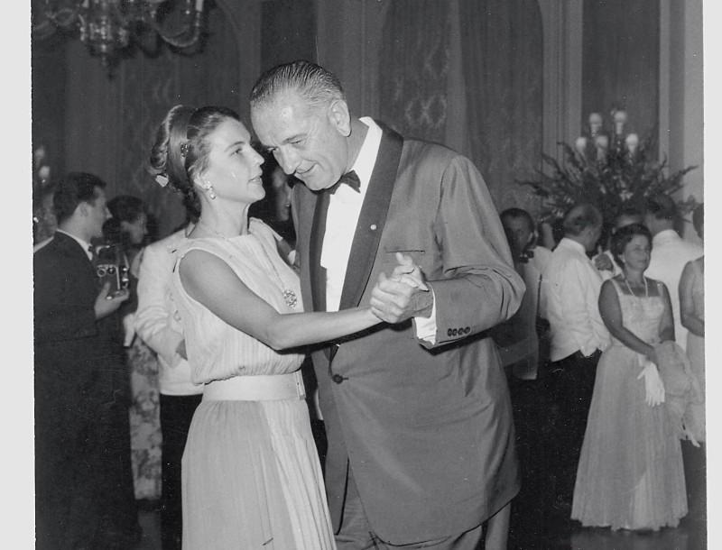 Αμαλία Μεγαπάνου: Σπάνιο φωτογραφικό υλικό από την ζωή της με τον Κωνσταντίνο Καραμανλή! Το νυφικό που φόρεσε στον γάμο τους