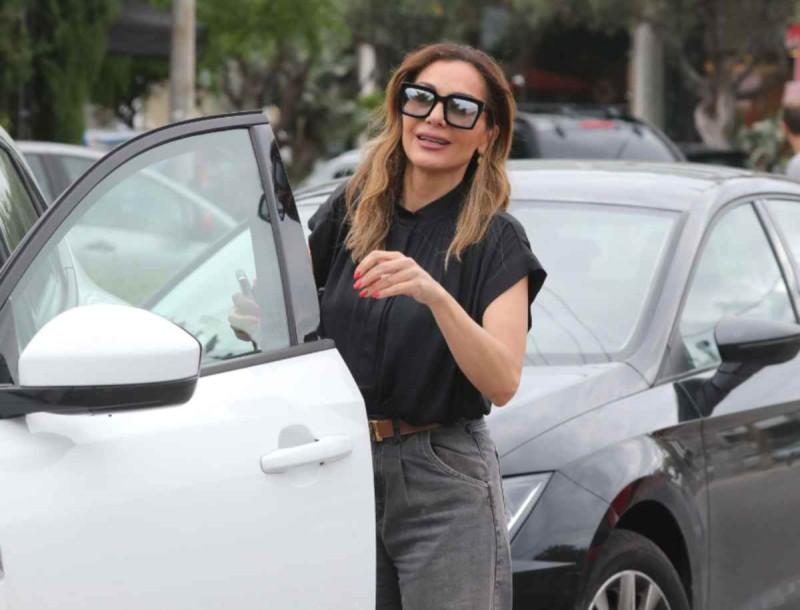 Με sneakers και φαρδύ τζιν η Δέσποινα Βανδή - Το casual look που προκάλεσε πανικό