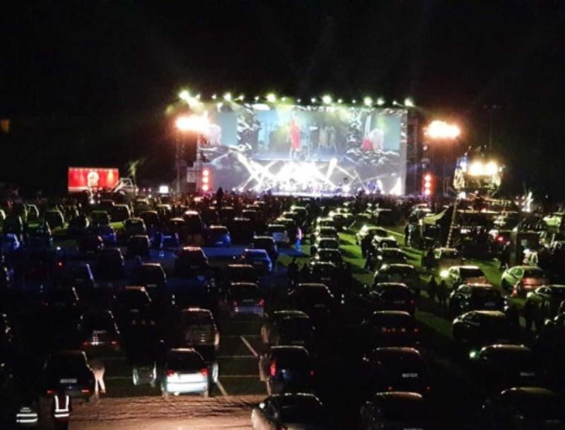 «Βούλιαξε» η Γλυφάδα - Απίστευτες φωτογραφίες από την 1η drive in συναυλία της Νατάσας Θεοδωρίδου