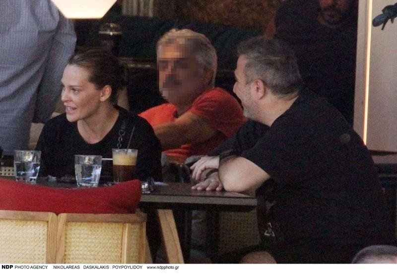 Ο αντώνης Ρέμος και η Υβόννη Μπόσνιακ πίνουν το καφέ τους σε γνωστό μαγαζί στην Γλυφάδα.