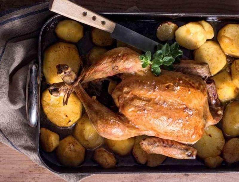 Θεϊκό κοτόπουλο στο φούρνο με πατάτες και μπόλικο λεμόνι από την Αργυρώ Μπαρμπαρίγου