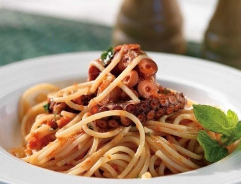 Εύκολα και πεντανόστιμα μακαρόνια με τέλεια σάλτσα κοκκινιστό χταποδάκι - Τα μυστικά της Αργυρώς Μπαρμπαρίγου