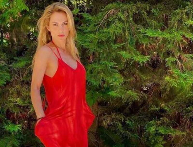 Ντορέττα Παπαδημητρίου: Έτσι είναι το κορμί της χωρίς φίλτρα - «Έριξε» τo Instagram με τους κοιλιακούς της