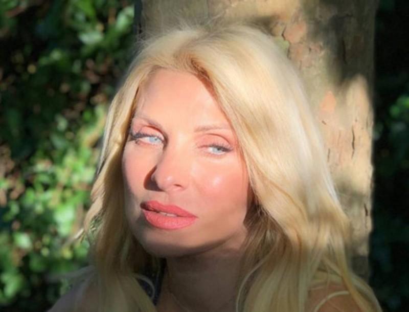 Ελένη: Δημοσίευσε φωτογραφία μέσα από το σπίτι της - Το τεράστιο σαλόνι με θέα τον κήπο της