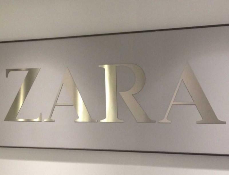 Zara: Μόνο 19,99 ευρώ κοστίζει ένα μαύρο φόρεμα που θα φοράς συνέχεια