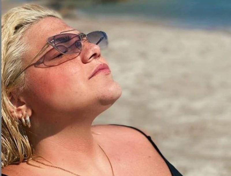 Δανάη Μπάρκα: Φωτογραφία από την παραλία με θαλασσί μπικίνι - Το σώμα της χωρίς φίλτρα