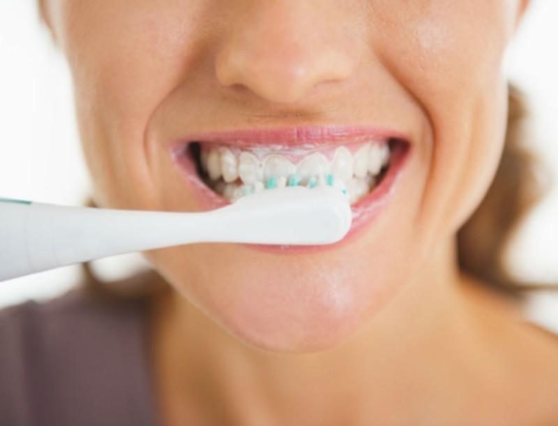 Ξεχάστε τον οδοντίατρο! Βγάλτε την πέτρα από τα δόντια σας στο σπίτι με μαγειρική σόδα και αλάτι
