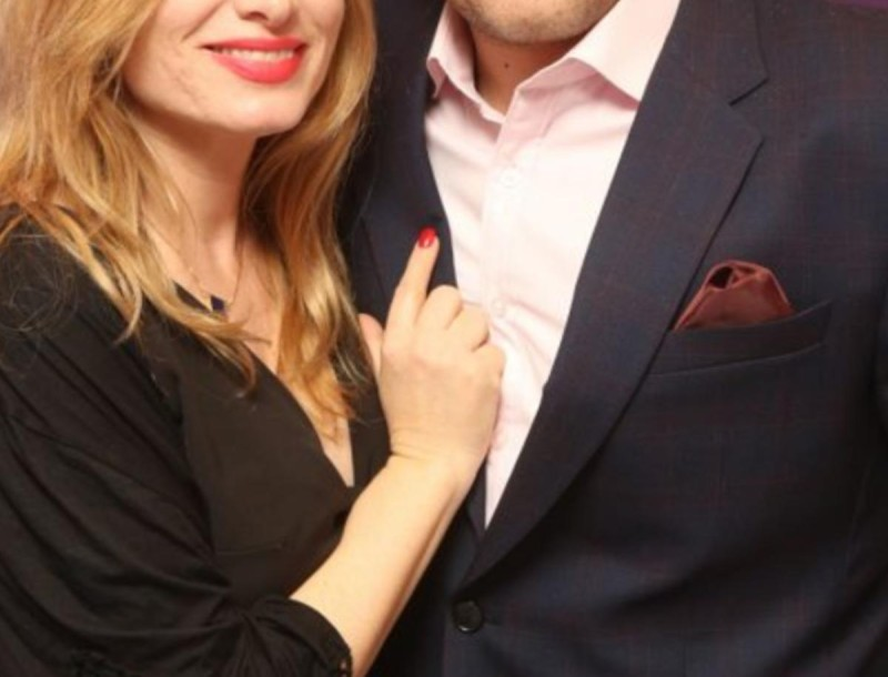 Γνωστός Έλληνας τραγουδιστής παντρεύεται τη σύντροφο του - Αυτή είναι η αναγγελία του γάμου