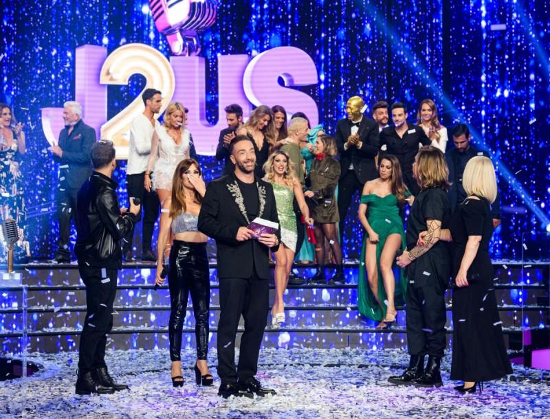 """Το κεντημένο στο Λονδίνο σακάκι που φόρεσε ο Νίκος Κοκλώνης στον τελικό του """"Just the 2 of Us""""."""