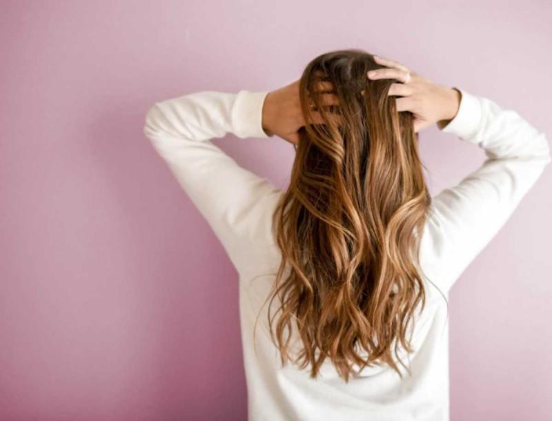 Θες φυσικές ξανθές ανταύγειες; Βάλε μπίρα στα μαλλιά σου!