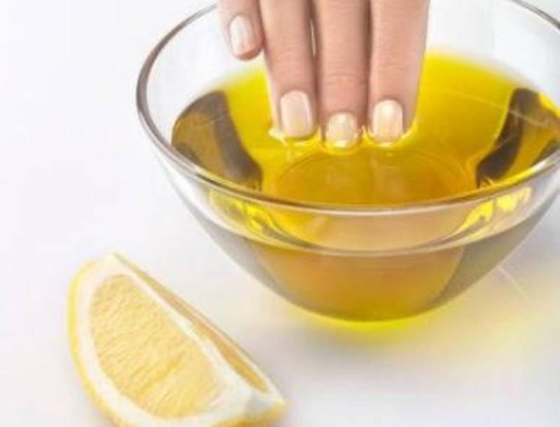 Το σπιτικό μείγμα με λεμόνι και λάδι που θα «σώσει» τα κατεστραμμένα νύχια σου