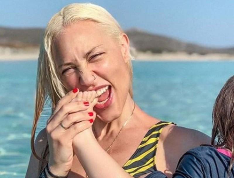 Πηνελόπη Αναστασοπούλου: Ποζάρει γυρισμένη στο φακό και μας δείχνει το σώμα της με ολόσωμο μαγιό