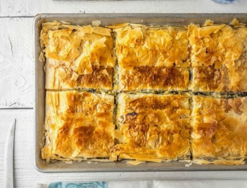 Θεσπέσια καλοκαιρινή πίτα με κολοκυθάκια και τυρί από την Αργυρώ Μπαρμπαρίγου