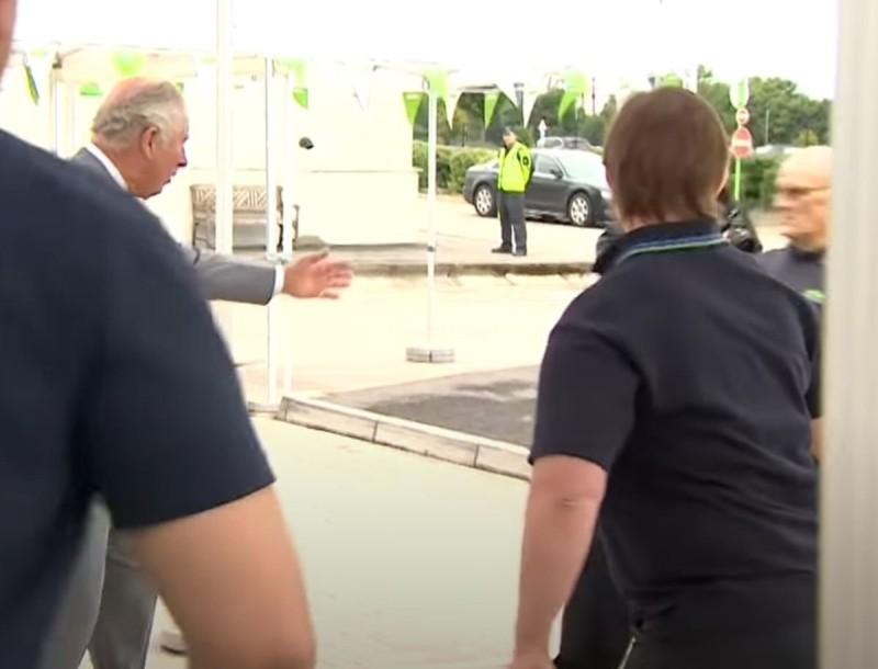 «Πάγωσε» ο Πρίγκιπας Κάρολος - Λιποθύμησε μπροστά του εργαζόμενος