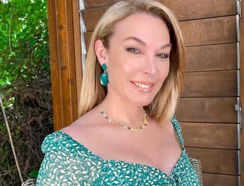 Τατιάνα Στεφανίδου: Με λευκό μπικίνι στην πισίνα του σπιτιού της - Φωτογραφίες χωρίς ρετούς