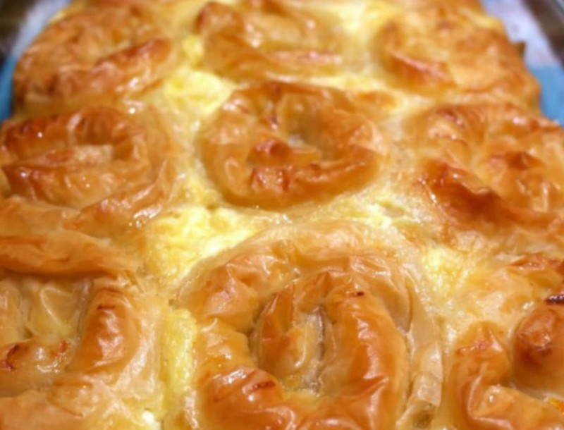 Εύκολη και ζουμερή πολίτικη τυρόπιτα με αυγά και γάλα από την Βέφα Αλεξιάδου!