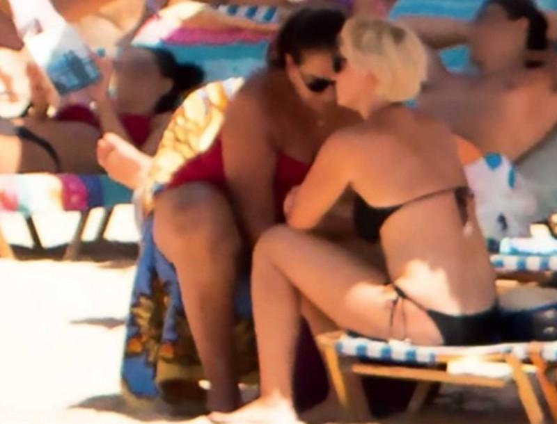 Ντόρα Μπακογιάννη: Την «τσακώσαμε» στην παραλία με την Σία Κοσιώνη και το μαγιό της θα βρεις στα Oysho