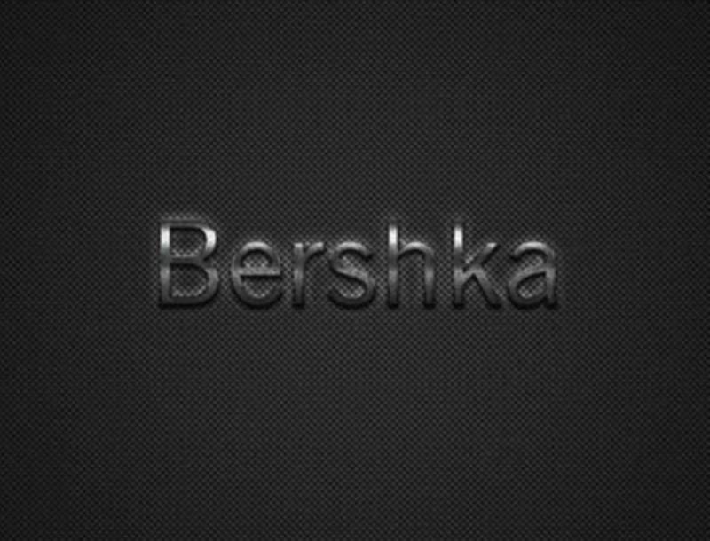Μοναδικό κομμάτι: Η γαλάζια καπιτονέ τσάντα από τα Bershka που θέλουν όλες οι γυναίκες
