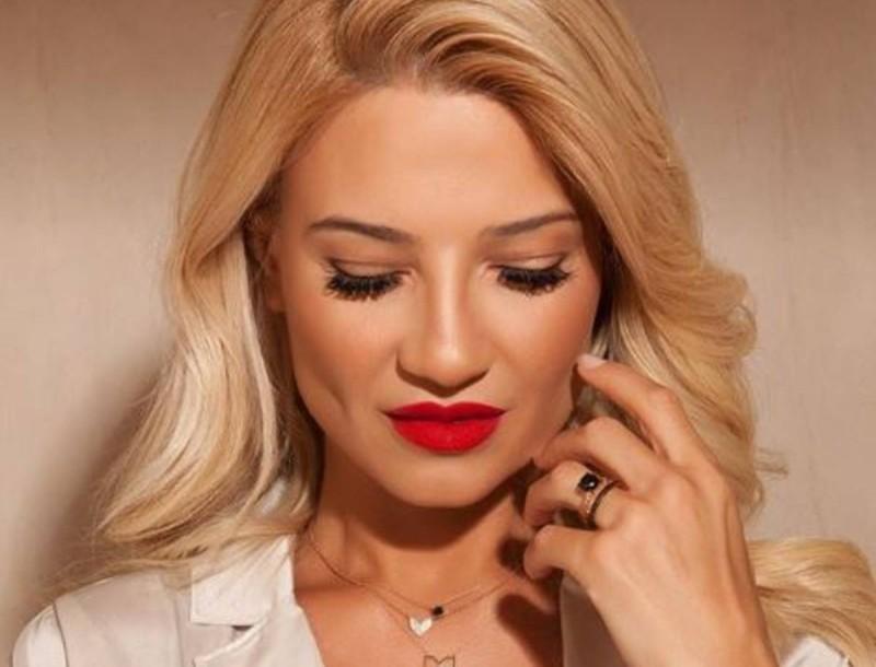 Φαίη Σκορδά: Με κατακόκκινο φόρεμα αξίας 189 ευρώ προκάλεσε αναστάτωση