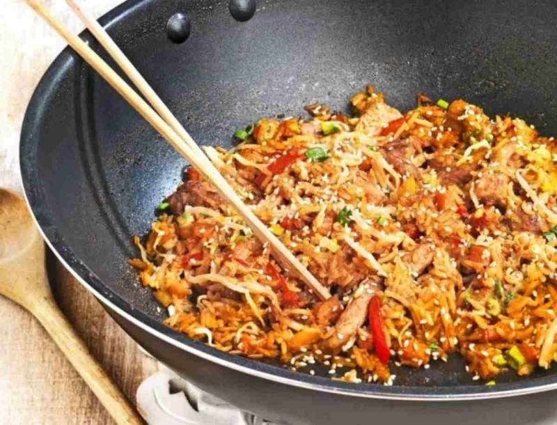 Περίσσεψε κρέας από χθες; Η Αργυρώ Μπαρμπαρίγου σου φτιάχνει ρύζι στο τηγάνι με λαχανικά