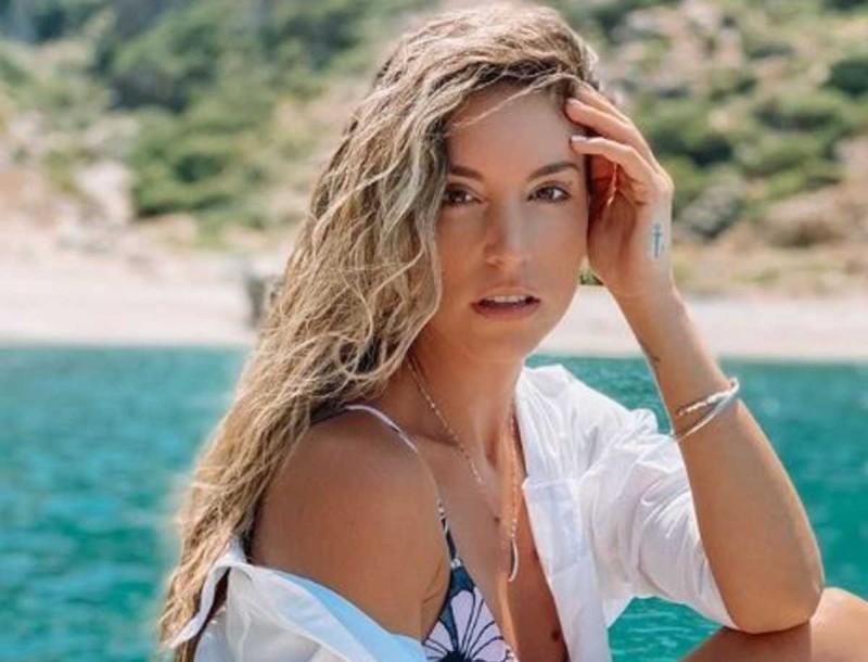 Η Αθήνα Οικονομάκου φόρεσε το πιο αυγουστιάτικο μαγιό - Κοστίζει 140 ευρώ