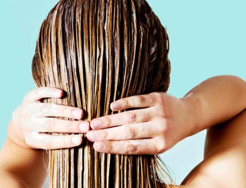 Βάλε το σπιτικό μείγμα με μαγειρική σόδα στα μαλλιά σου και δε θα λαδώνουν με τίποτα