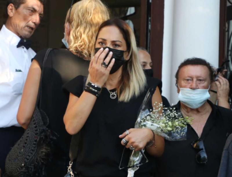 Μαυροφορεμένη και βυθισμένη στη θλίψη η Μελίνα Ασλανίδου