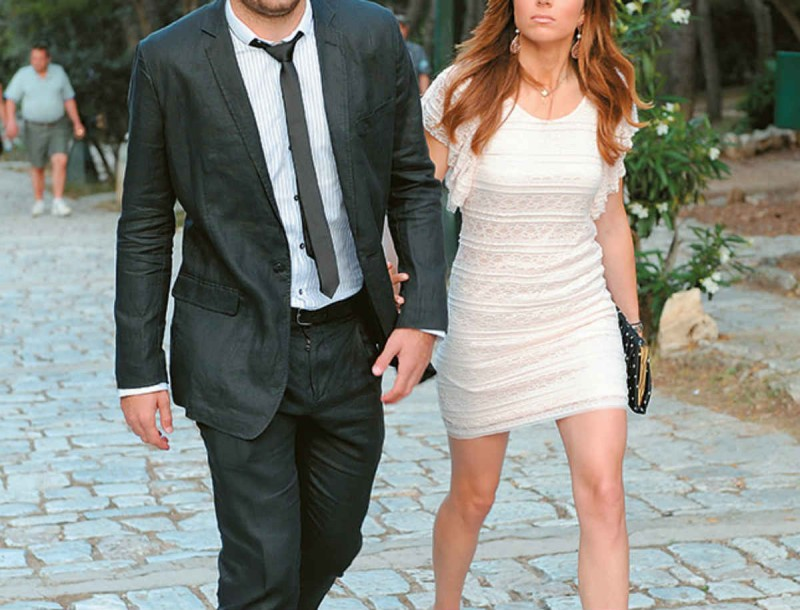 Αγαπημένο ζευγάρι της ελληνικής showbiz κράτησε στην αγκαλιά του το τρίτο του παιδάκι
