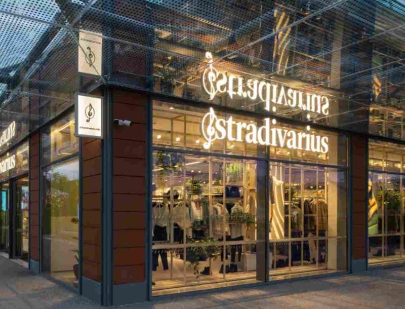 Καλοκαιρινός... έρωτας η ψηλόμεση φούστα από τα Stradivarius