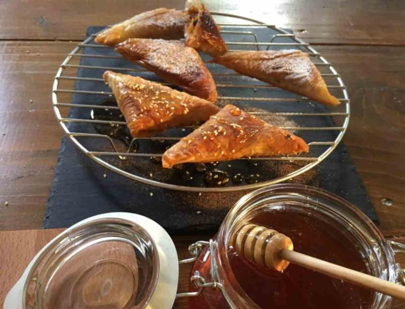 Πανεύκολη πολίτικη συνταγή από την Αργυρώ Μπαρμπαρίγου - Τραγανά τρίγωνα φαναριώτικα με