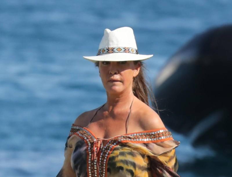 Βάνα Μπάρμπα: Με τιγρέ καφτάνι σε παραλία της Μυκόνου - Άναψε